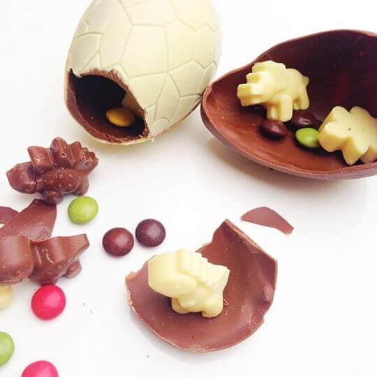 Dino vajce so 4mi pralinkami a lentilkami